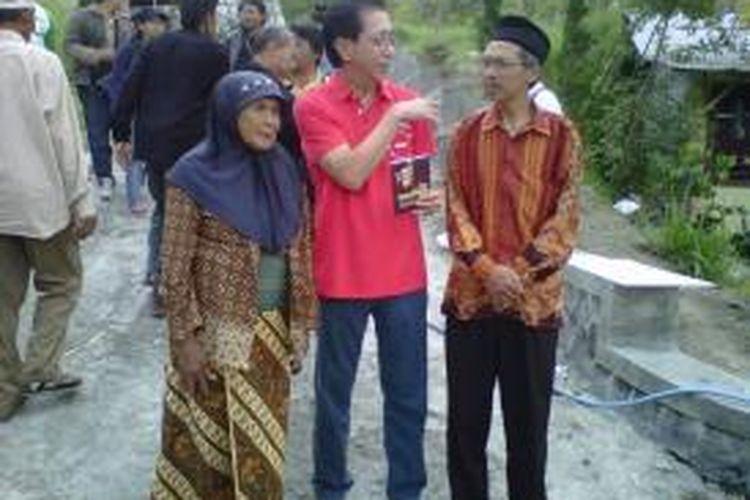 Mbah Putri (istri mendiang Mbah Maridjan) dan putranya Mas Kliwon Surakso Hargo (kanan) berbincang dengan Dirut PT Sidomuncul di petilasan rumah Mbah Maridjan di Cangkringan, Sleman, Yogyakarta, Jumat (19/7/2013).