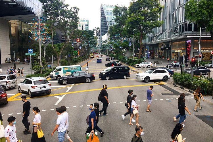 Keramaian warga Singapura yang memakai masker terlihat di surga belanja Orchard Road, Kamis (29/10/2020). Singapura saat ini masih berada dalam fase 2 menuju tatanan hidup baru atau new normal melawan pandemi Covid-19.