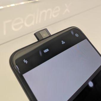 Kamera selfie dengan mekanisme Pop-up di bagian tengah atas Realme X.