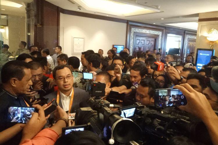 Enam calon ketua umum PSSI saat menyampaikan keterangan pers pada media mengenai pengunduran diru mereka dari Kongres Luar Biasa PSSI yang digelar di Jakarta, Sabtu (2/11/2019).  Keenamnya adalah Aven Hinelo, Benny Erwin, Fary Djemy Francis, Sarman, Vijaya Fitriyasa, dan Yesayas.
