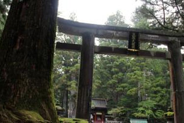Pintu utama menuju Kuil Toshogu di Nikko, Jepang.