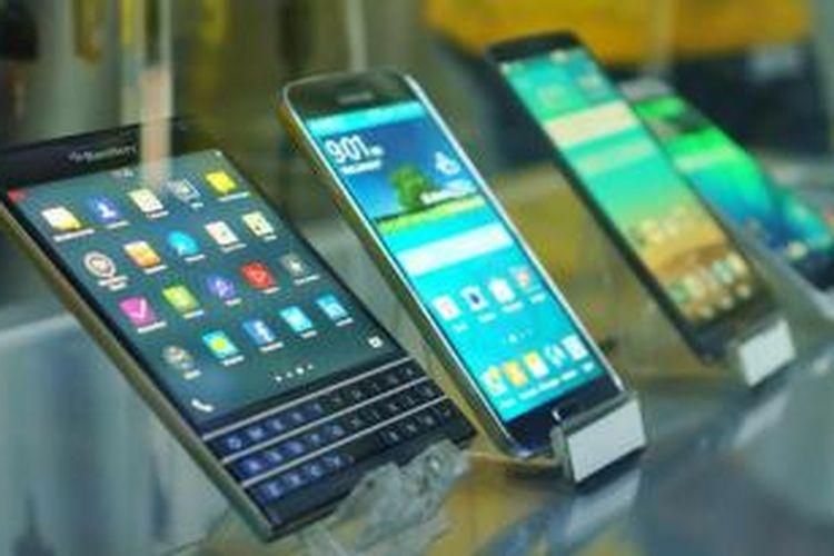 Beberapa handset yang mendukung 4G LTE dipamerkan dalam acara ulang tahun Indosat, Kamis (20/11/2014).