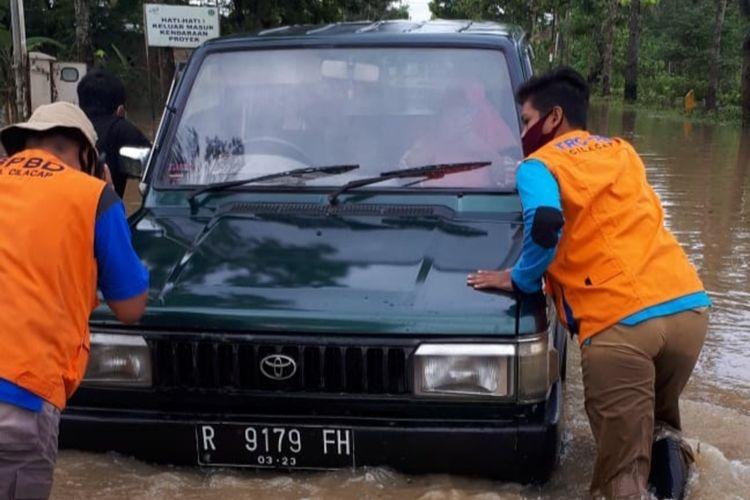 Banjir di jalan raya Kroya-Buntu yang menghubungkan Kabupaten Cilacap-Banyumas, Jawa Tengah, Senin (26/10/2020).