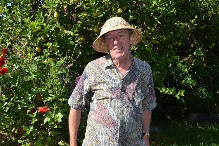Peter Whitford di usia 71 tahun masih aktif mengajar bahasa Indonesia dan juga bermain musik.