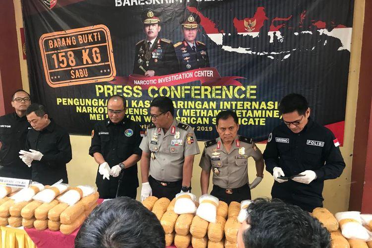 Direktur Tindak Pidana Narkoba Brigjen (Pol) Eko Daniyanto (ketiga dari kiri) saat konferensi pers di RS Polri, Kramat Jati, Jakarta Timur, Senin (2/12/2019).
