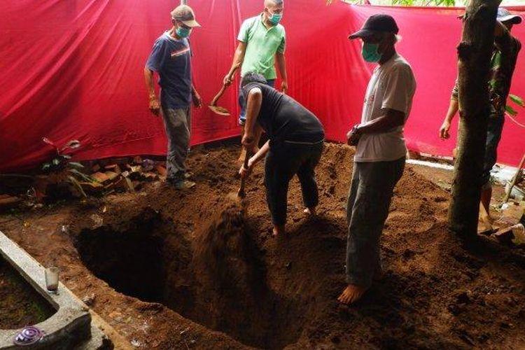 Makam mantan istri Sule saat dibongkar kembali guna kepentingan otopsi