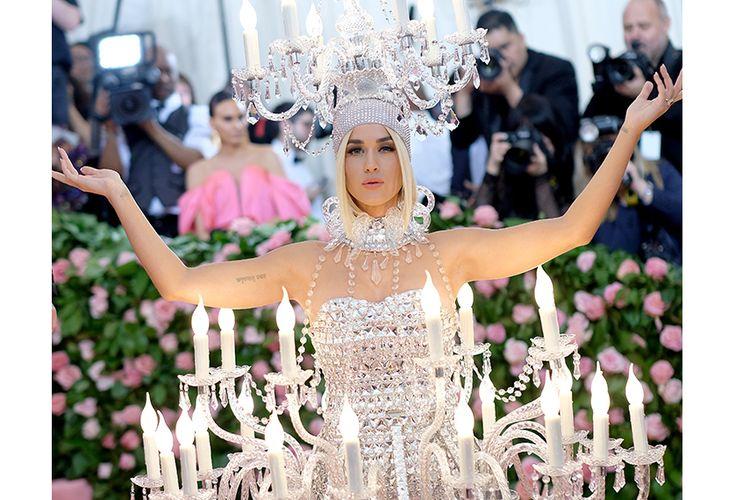 Katy Perry berpose saat hadir pada gelaran Met Gala 2019 di Metropolitan Museum of Art New York, Senin (6/5/2019) waktu setempat. Sederet busana mewah hingga unik dikenakan para selebriti yang hadir pada acara penggalangan dana tahunan terbesar di dunia mode ini.