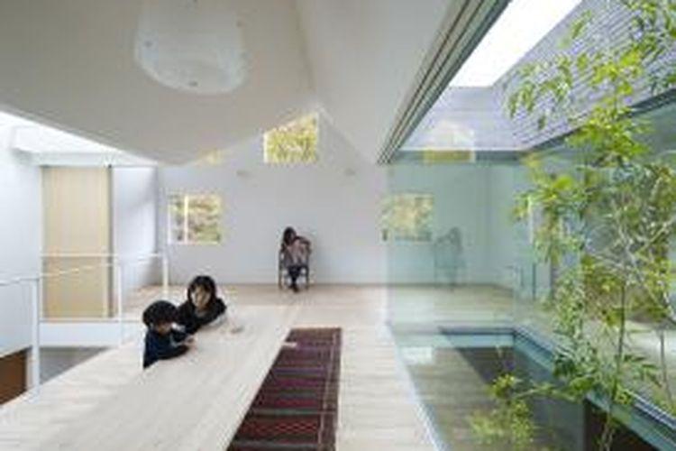 Struktur bangunan rumah ini ditusuk oleh tiga bukaan ganda dan tinggi yang menawarkan pemandangan ke arah langit-langit