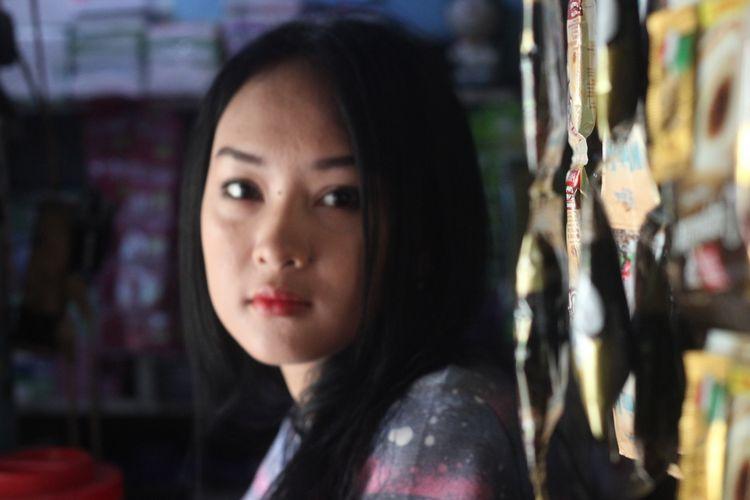 Sosok Intan Rose (23), gadis penjaga warung asal Cianjur, Jawa Barat, yang wajahnya dianggap mirip selebgram Anya Geraldine, dan kini fotonya viral di jagat maya.