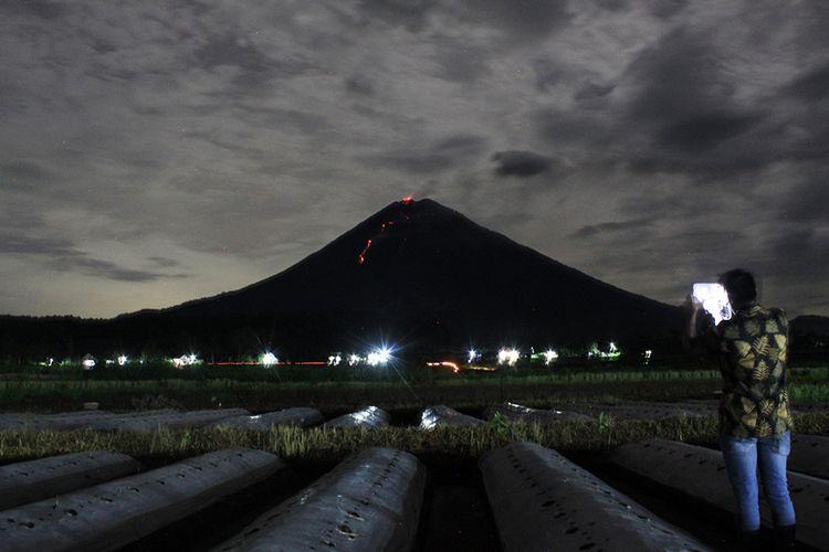 Guguran lava pijar Gunung Semeru terlihat dari Desa Pranajiwo, Lumajang, Jawa Timur, Rabu (4/3/2020). Aktivitas vulkanik Gunung Semeru di Jawa Timur meningkat sejak sepekan terakhir dengan intensitas delapan kali guguran lava pijar dengan jarak luncur 200 hingga 1.000 dari pusat guguran gunung dan status Siaga level II atau waspada.
