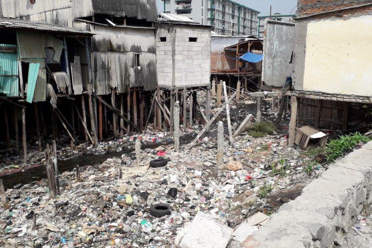 Kali Gendong di Penjaringan, Jakarta Utara, tampak penuh dengan sampah, Jumat (30/11/2018).