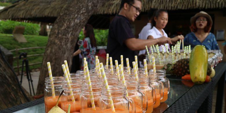 Slow-pressed juice, merupakan jus buah dan sayuran yang dibuat menggunakan mesin slow press, sehingga menjaga kesegara dan kandungan vitaminnya.