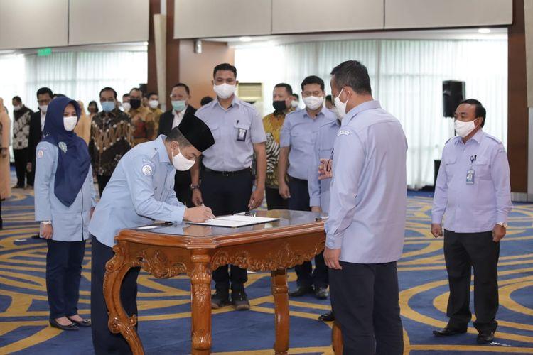 Menteri KP Edhy Prabowo saat melantik Sektetaris Jenderal KKP Antam Novambar dan Staf Ahli Menteri Bidang Ekologi dan Sumber Daya Kelautan Pamuji Lestari di Gedung Mina Bahari III, KKP.