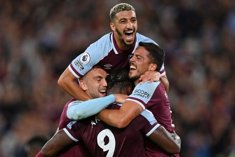 Michail Antonio (Tengah) merayakan golnya bersama rekan satu timnya pada laga penutup pekan pertama Liga Inggris yang mempertemukan West Ham United vs Leicester City di Stadion Olimpiade London pada Selasa (24/8/2021) dini hari WIB.