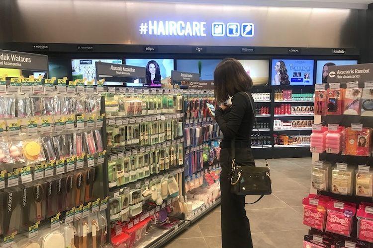 Pengunjung sedang memilih produk di toko Watsons mal Senayan City Jakarta.