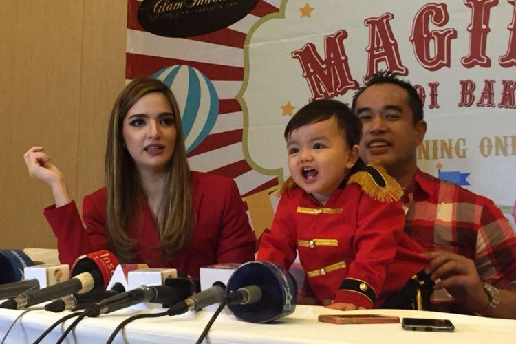 Ardie Bakrie dan Nia Ramadhani di sela perayaan ulang tahun anak bungsunya di Hotel Fairmont, Jakarta Selatan, Sabtu (12/5/2018).