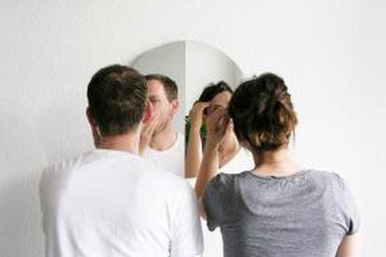 Cermin ini seperti tertekuk. Dua orang dapat mengecek penampilan mereka secara bersamaan tanpa perlu saling berdempetan.