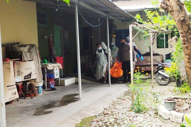 Petugas saat melakukan evakuasi MI warga Kramat Jati, Jakarta Timur yang ditemukan tewas didalam kamar kontrakan di Perumahan Argab Baja Pura, Cilegon