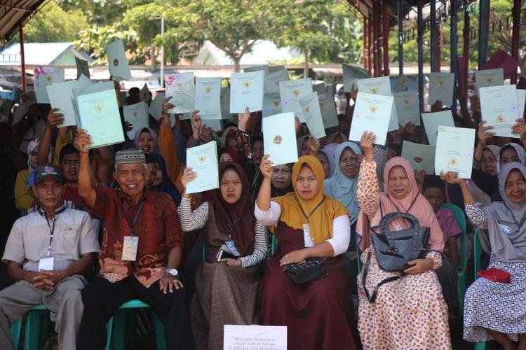 1.838 warga dari 13 Kabupaten di Sulawesi Selatan, menerima sertipikat tanah hasil dari kegiatan Reforma Agraria, Redistribusi, dan Konsolidasi Tanah 2019, Selasa (26/11/2019).