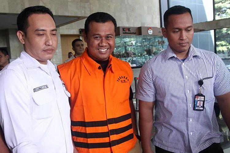 Bupati Subang Ojang Sohandi mengenakan rompi tahanan seusai menjalani pemeriksaan di Gedung KPK, Jakarta, Selasa (12/4/2016).