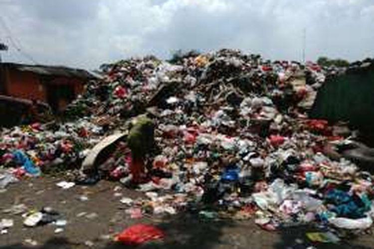 Suasana Tempat Pembuangan Sampah Sementara (TPS) di Jalan Pisangan Lama Selatan, Pulogadung, Jakarta Timur, Jumat (18/11/2016). Tak lama lagi TPS itu akan ditutup. TPS yang berada di lahan milik PT Kereta Api Indonesia (KAI) itu mesti ditutup karena proyek 'double-double track (DDT)'.