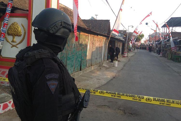 Brimob menggeledah kios di Jalan Diponegoro Desa Kincang Wetan, Madiun, Jawa Timur, Minggu (25/8/2019). Lokasi itu sehari hari digunakan Yunus, tersangka pelaku perampokan toko emas, untuk menjual plastik.