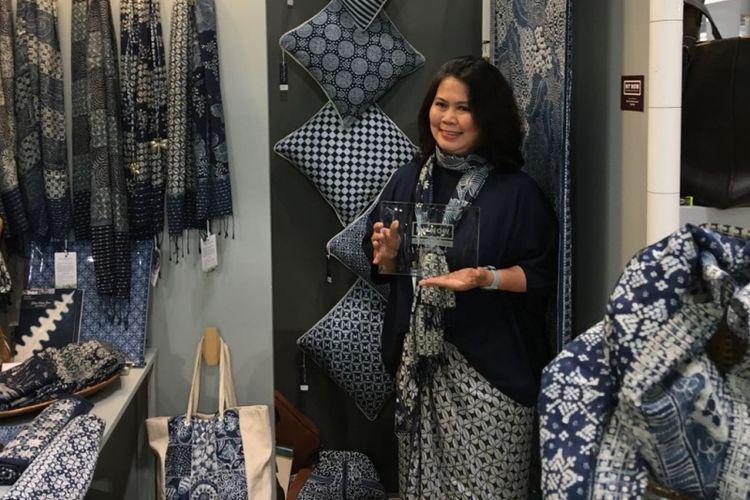 Pemilik Galeri Batik Jawa Natural Indigo Batik, Mayasari Sekarlaranti atau Nita, meraih penghargaan kategori Best New Product Award Artisan Resource oleh panitia pameran New York Now di New York, Senin (13/8/2018).