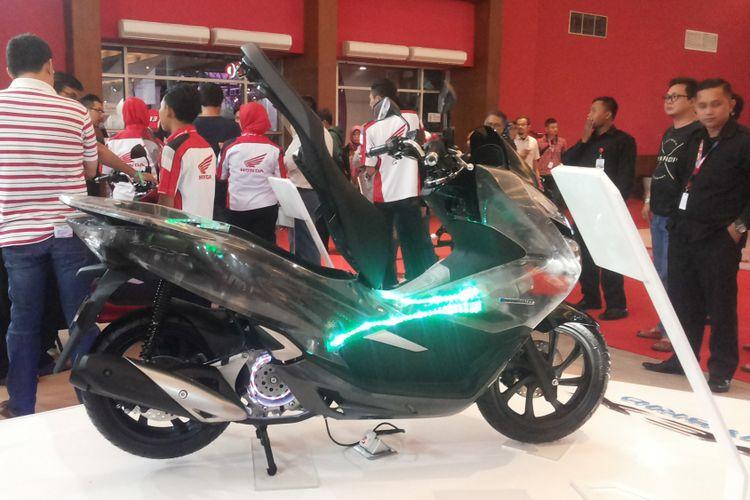 Honda PCX Hybrid yang dipamerkan di booth Astra Honda Motor selama penyelenggaraan Indonesia International Motor Show (IIMS) 2018.