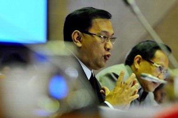 Menteri Keuangan Agus Martowardojo (tengah)