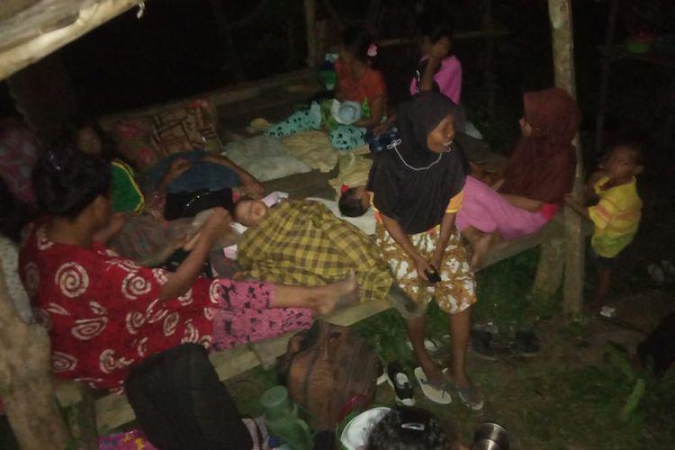 Warga tidur di luar rumah pascagempa di Desa Tokaka, Gene Barat Utara, Halmahera Selatan, Maluku Utara, Minggu (14/7/2019). Warga tidur di luar rumah pascagempa bumi dengan magnitudo (M) 7,2 pukul 16.10 di 62 kilometer sebelah timur laut Labuha, Maluku Utara.