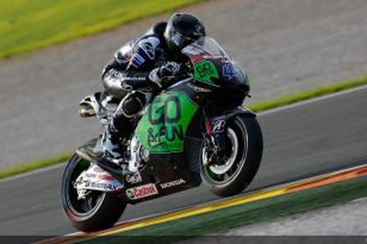 Pebalap Honda Gresini asal Inggris, Scott Redding membalap di Sirkuit Valencia pada sesi uji coba resmi MotoGP, Senin (11/11/2013).