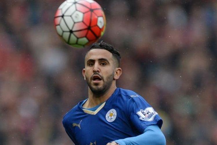 Gelandang Leicester City, Riyad Mahrez, melakoni laga Premier League kontra Manchester United di Stadion Old Trafford, pada 1 Mei 2016.