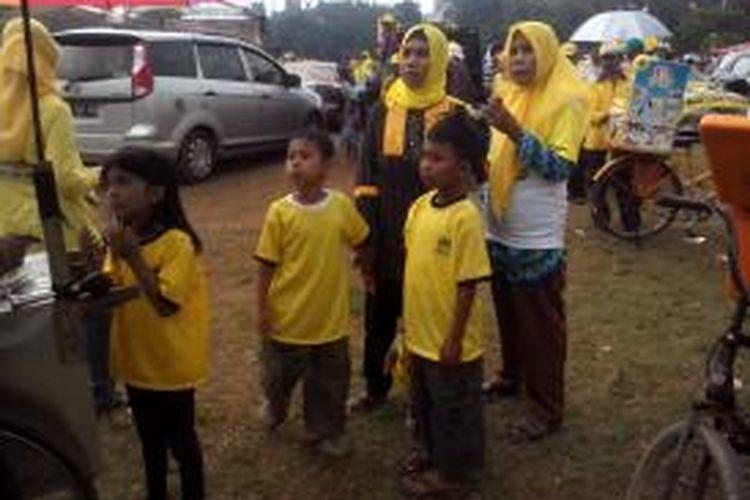 Simpatisan Partai Golkar yang membawa anak di bawah umur saat kampanye terbuka di Lapangan Multiguna, Bekasi.