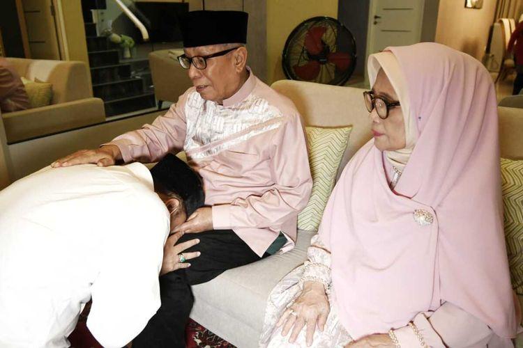 Calon Wali Kota Surabaya nomor urut 1 Eri Cahyadi sungkem kepada orang tua sebelum mencoblos di TPS 25, Ketintang Selatan 2, Kecamatan Gayungan, Surabaya, Rabu (9/12/2020).