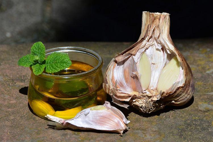 Ilustrasi minyak bawang putih utuh.