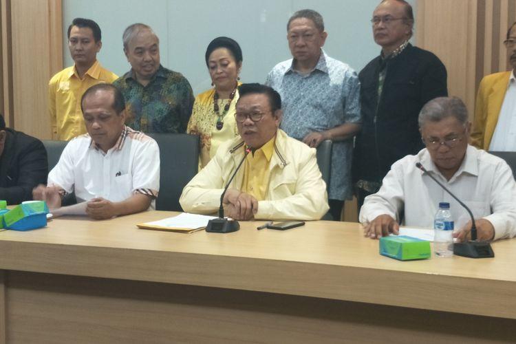 Ketua Dewan Pakar Partai Golkar Agung Laksono saat memberikan keterangan seusai Rapat Pleno ke 20 Dewan Pakar Partai Golkar di Gedung DPP Partai Golkar, Slipi, Jakarta Barat, Selasa (12/3/2019).