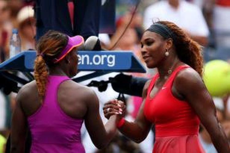 Petenis Amerika Serikat, Serena Williams, bersalaman dengan yuniornya, Sloane Stephens, setelah pertandingan di babak keempat US Open yang berlangsung di USTA Billie Jean King National Tennis Center, New York, Minggu (1/9/2013).