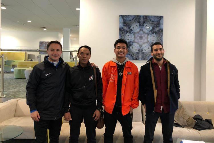 Pemain Garuda Select, Brylian Aldama (jaket orange), setelah menandatangani kontrak dengan salah satu agen berlisensi FIFA, Forza Sports Group, Senin 24 Februari 2020.