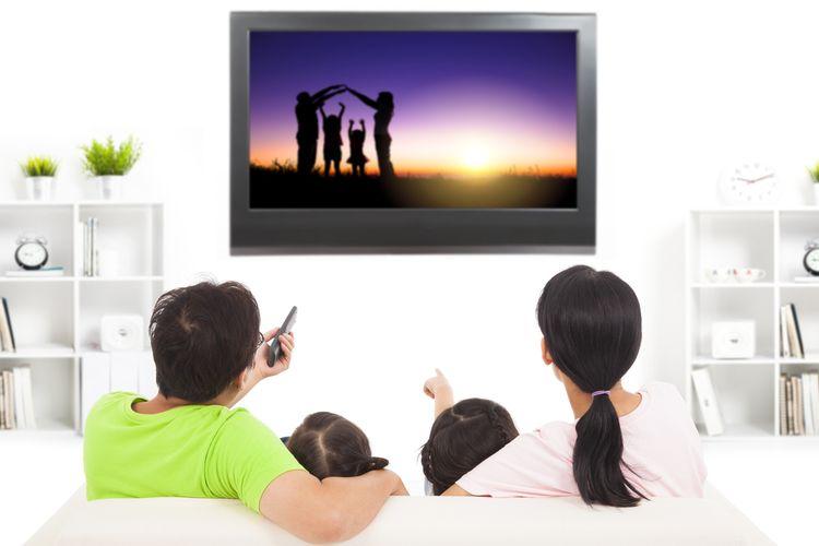 Ilustrasi keluarga sedang menonton televisi bersama.