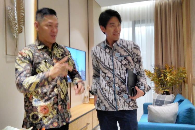 Sales and Marketing Director Vasanta Innopark Ming Liang dan Marketing Director Mitsubishi Kenji Shimazaki di show unit Menara Chihana, Selasa (22/10/2019).