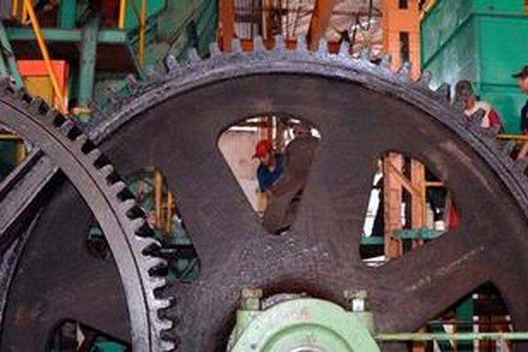 Sejumlah karyawan Pabrik Gula Rendeng, Kabupaten Kudus, Jawa Tengah, mempersiapkan mesin penggiling tebu, Jumat (26/4/2013). Pada tahun ini, Pabrik Gula Rendeng menargetkan memproduksi gula kristal putih sebanyak 24.378,2 ton dengan rendemen 7,25 persen.
