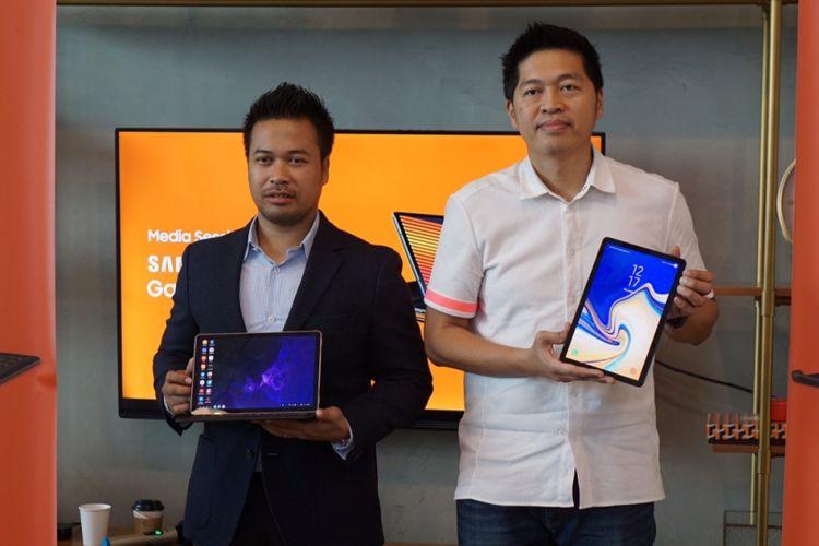 IT and Mobile Marketing Director Samsung Electronics Indonesia Jo Semidang (kanan), serta CEO dan Founder Jouska Financial Advisor, Aakar Abyasa Fidzuno berfoto usai acara Media Experience Samsung Galaxy Tab S4 di Jakarta, Kamis (2/8/2018).