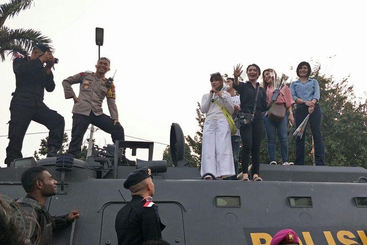 Publik figur yang menghibur para aparat polisi dan TNI, di Gedung DPR RI, Senin (1/10/2019).