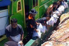 Bangkai Paus yang Terdampar di Kampung Timika Pantai Ditenggelamkan