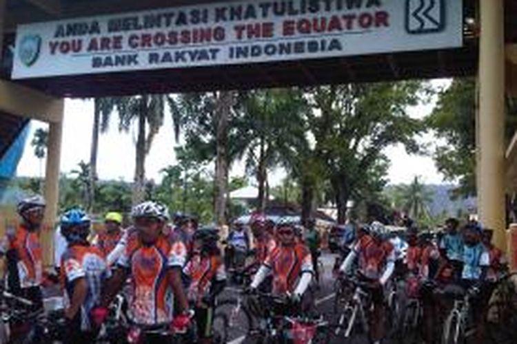 Peserta Jelajah Sepeda Sabang-Padang Kompas-PGN foto bersama di Tugu Khatulistiwa, Kecamatan Bonjol, Kabupaten Pasaman, Sumatera Barat, Kamis (12/9/2013).