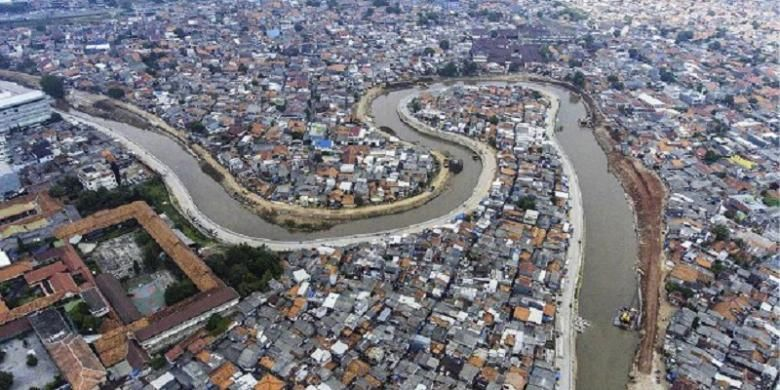 Foto aerial bantaran Kali Ciliwung tiga minggu pasca penggusuran di kawasan Bukit Duri, Jakarta Selatan, Rabu (19/10). Aktivitas pemasangan turap beton untuk normalisasi mulai dilakukan di sepanjang bantaran Kali Ciliwung sisi barat.