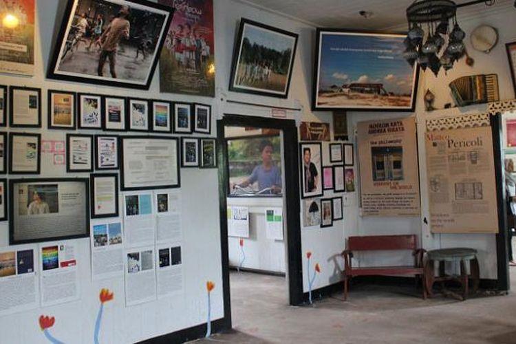 Kondisi ruang tengah Museum Kata, Desa Lenggang, Gantung, Belitung Timur, Provinsi Kepulauan Bangka Belitung yang terdiri dari aneka novel Laskar Pelangi, cerpen, hingga foto-foto dari film Laskar Pelangi.
