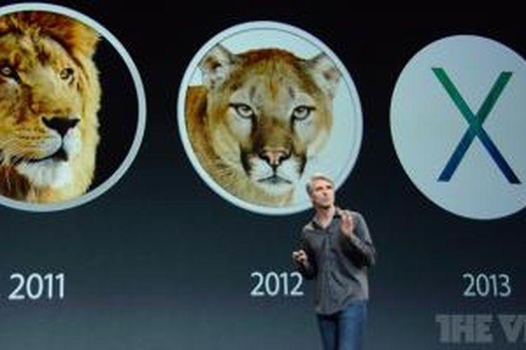 Kepala bagian software Apple Craig Federighi berjalan di depan logo sistem operasi OS X 10.7 Lion, 10.8 Mountain Lion, dan 10.9 Mavericks dalam acara Apple di San Francisco, Selasa (22/10/2013)
