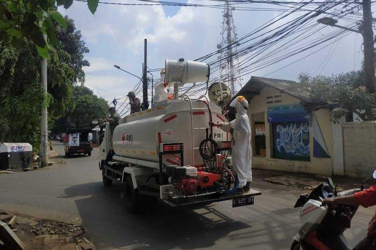 Penyemprotan disinfektan oleh PMI Jakarta Selatan di kawasan Kebayoran Baru, Jumat (3/4/2020)