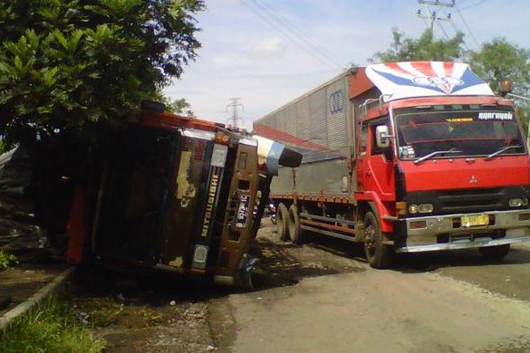Sebuah truk terguling di Jalan Pembangunan, Kecamatan Cibeureum, Sukabumi, Jawa Barat, Kamis (28/4/2016).